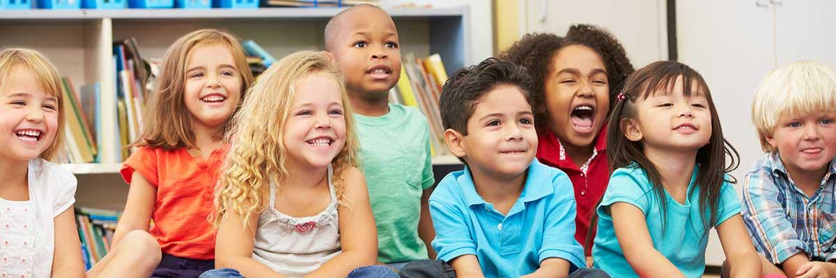 lachende kindertjes op een rij