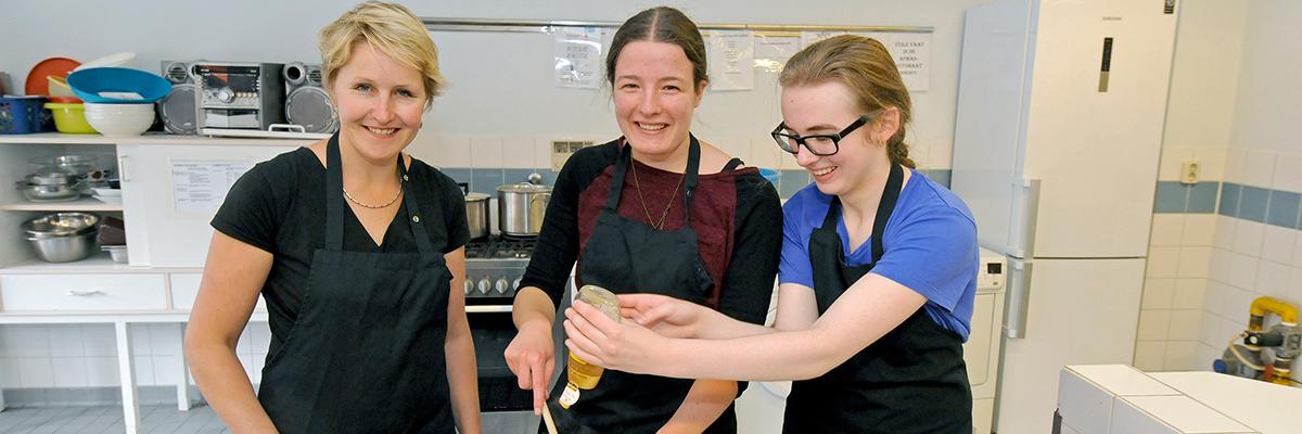 lerares met leerlingen in keuken